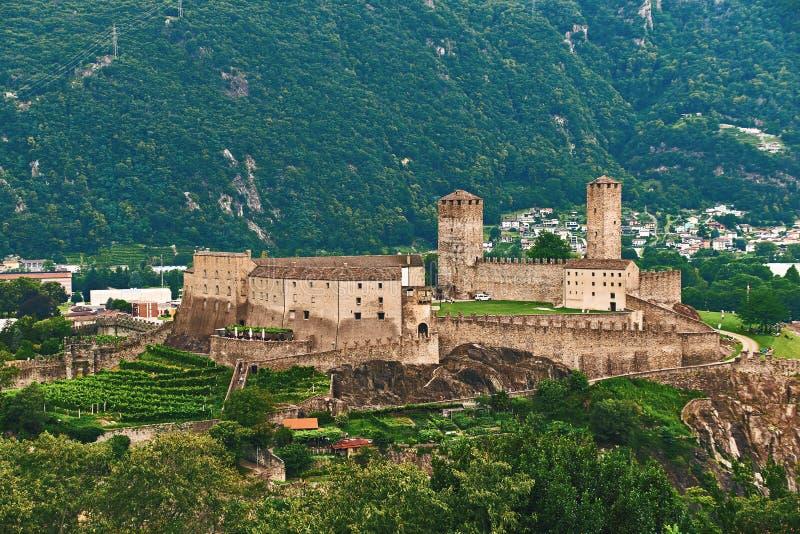 Взгляд красивого города Bellinzona в Швейцарии с замком Castelgrande от Montebello стоковое изображение