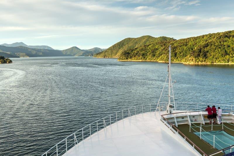 Взгляд красивого звука ферзя Шарлотта, Новой Зеландии, от смычка туристического судна стоковые фото