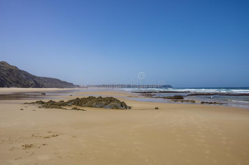 Взгляд красивого пляжа Bordeira, известного занимаясь серфингом места в области Алгарве стоковые изображения rf