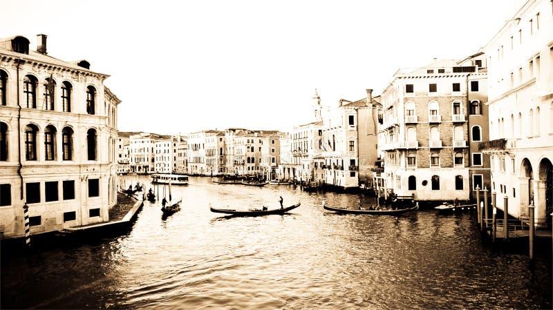 Взгляд красивой и романтичной Венеции на большом канале, с гондолами gondoliers красивые здания стоковая фотография rf