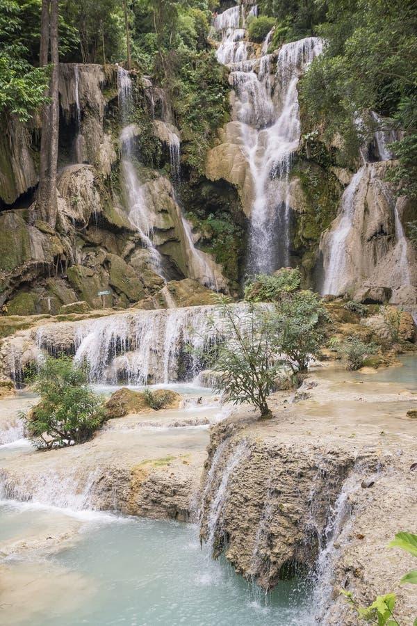 Взгляд красивых водопадов в Kuang Si, около Luang Prabang, Лаос стоковые изображения rf