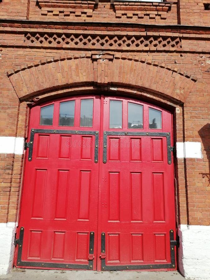 Взгляд красных ворот пожарных здания стоковые фото