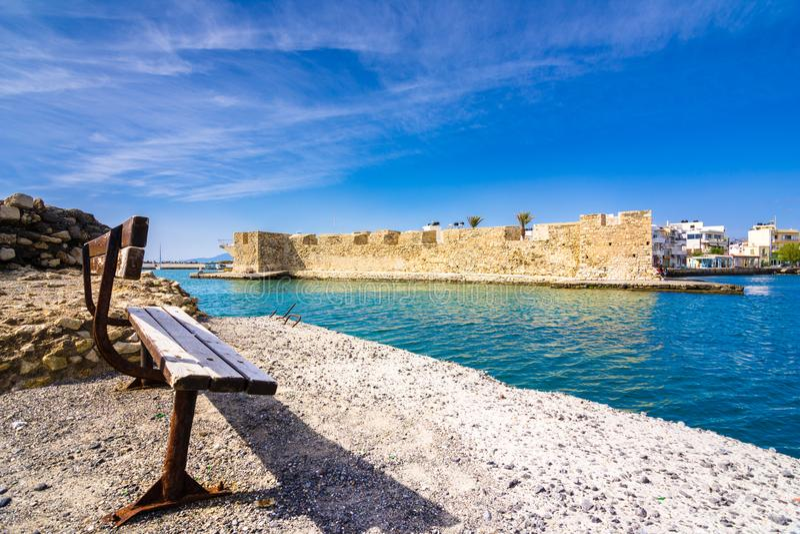 Взгляд крепости листовых капуст венецианской на входе к гавани, Ierapetra, Крит стоковое изображение