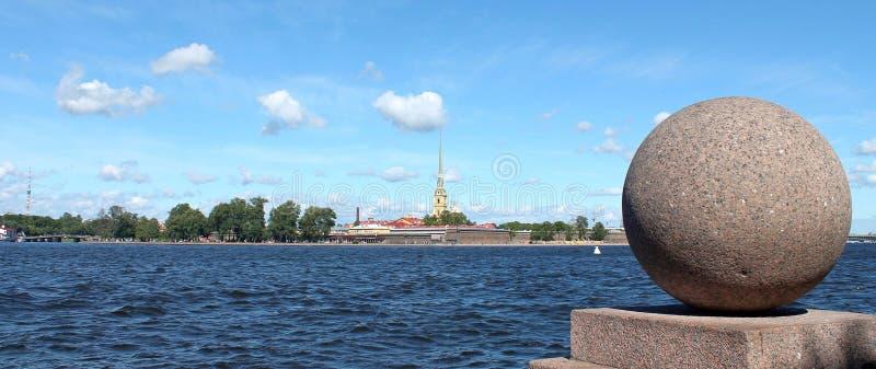 Взгляд крепости Питер и Пол Спуск к Neva на вертеле острова Vasilyevsky r стоковое фото rf