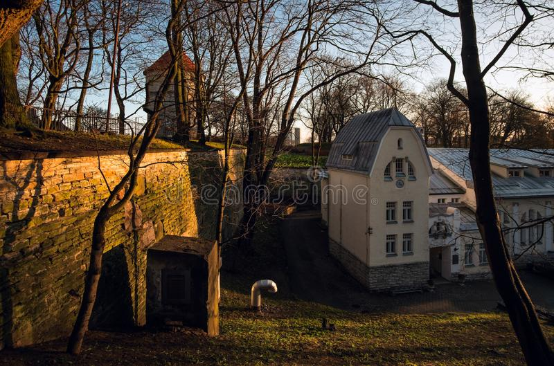 Взгляд крепостных стен старого города Таллина эстония стоковое изображение