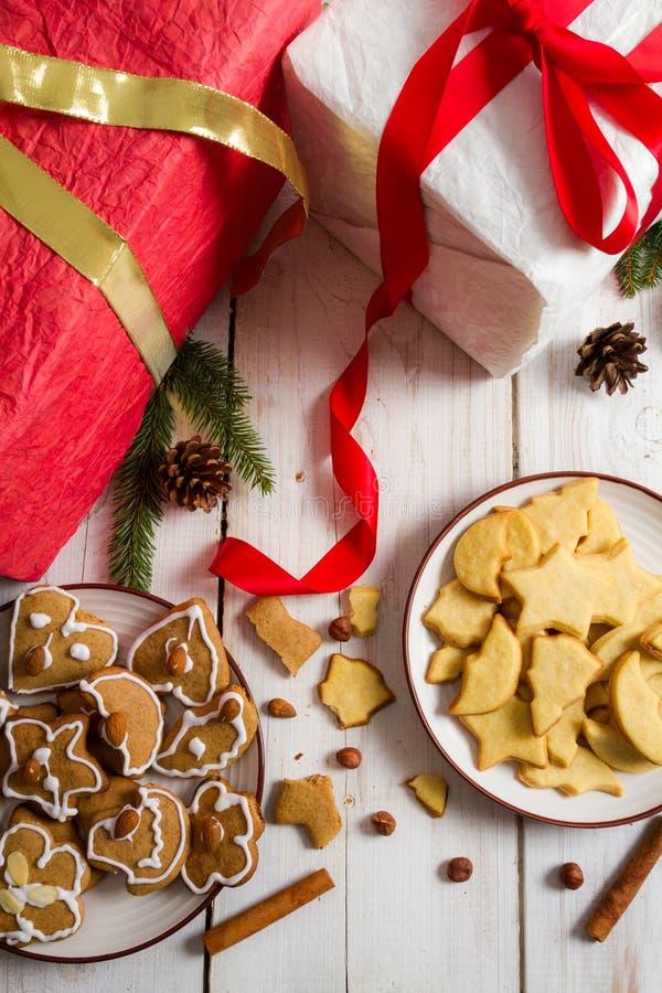 Взгляд Кристмас на домодельных подарках и печеньях стоковое фото rf