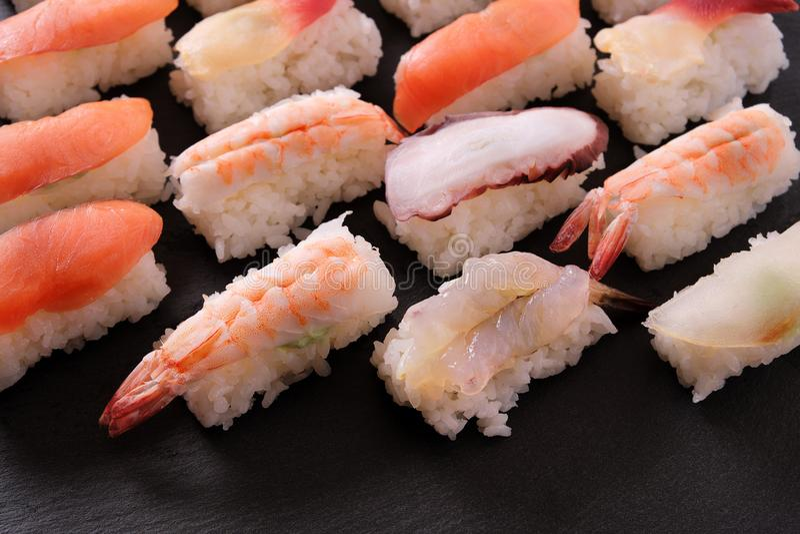 Взгляд крупного плана ассортимента диска еды суш японский стоковые изображения rf