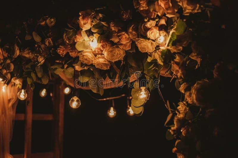 Взгляд крупного плана верхней части красивых флористических украшений свадьбы ночи стоковые изображения rf