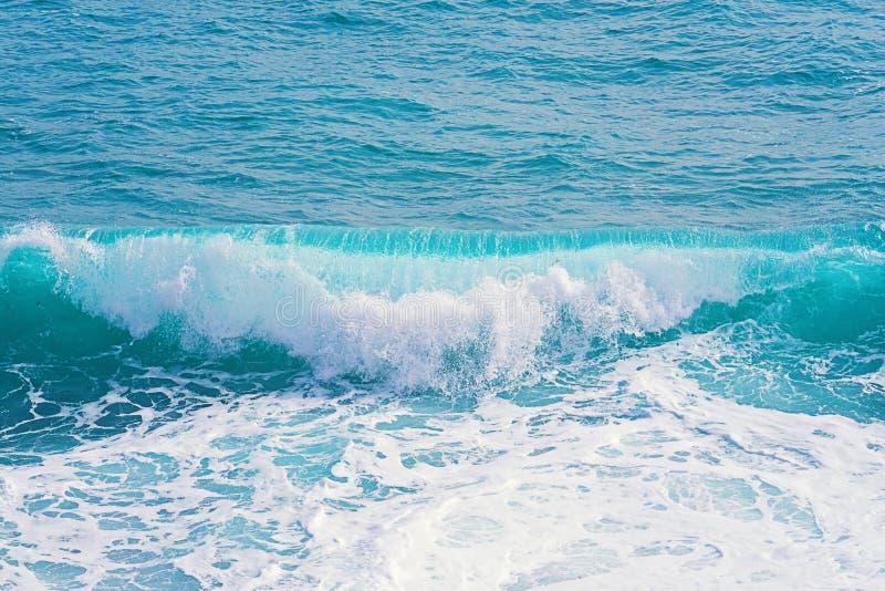 Взгляд крупного плана волн завальцовки аквамарина с выплеском стоковое изображение