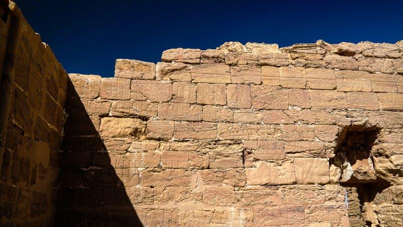 Взгляд крупного плана к руинам монастыря и виска Kashef Al Deir коптских на оазисе Kharga, Египте стоковое изображение rf