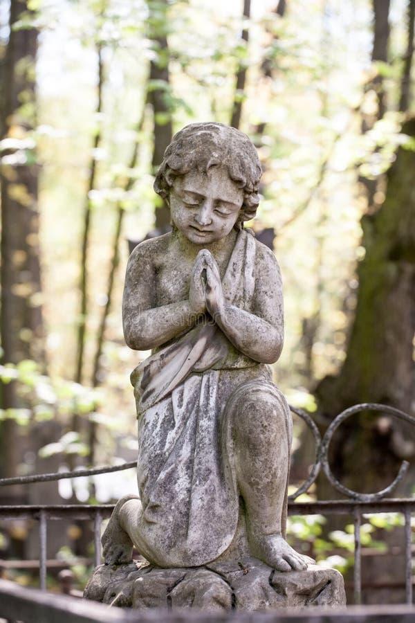 Взгляд крупного плана мраморной статуи скульптуры ангела скорбы белый стоковая фотография rf