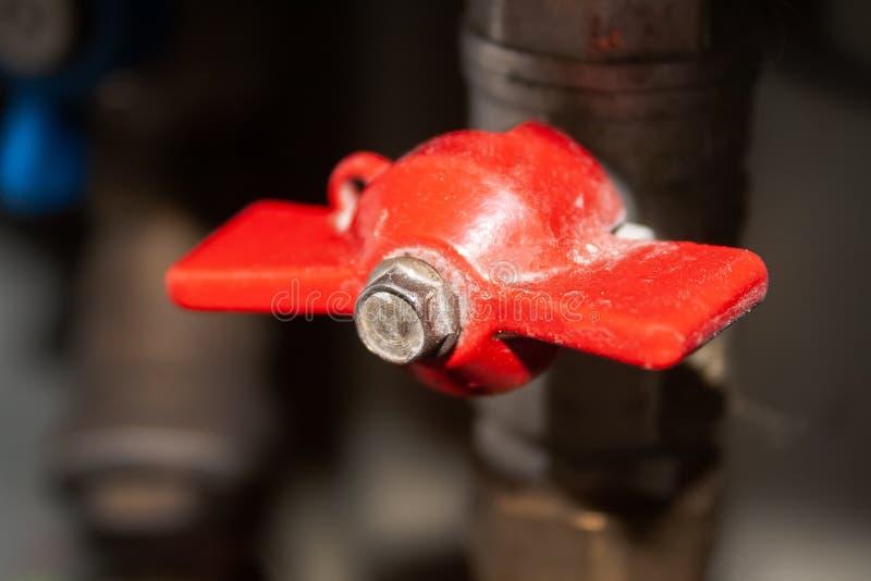 Взгляд крупного плана на закрытом красном клапане на трубе пластмассы и металла с горячей водой Горячая вода повернута  стоковое изображение