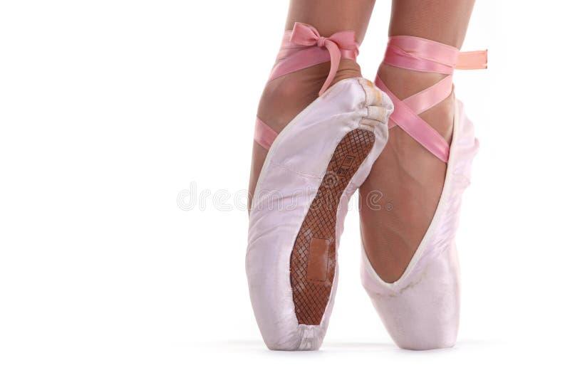 Взгляд крупного плана ног балерины на pointes стоковые изображения rf
