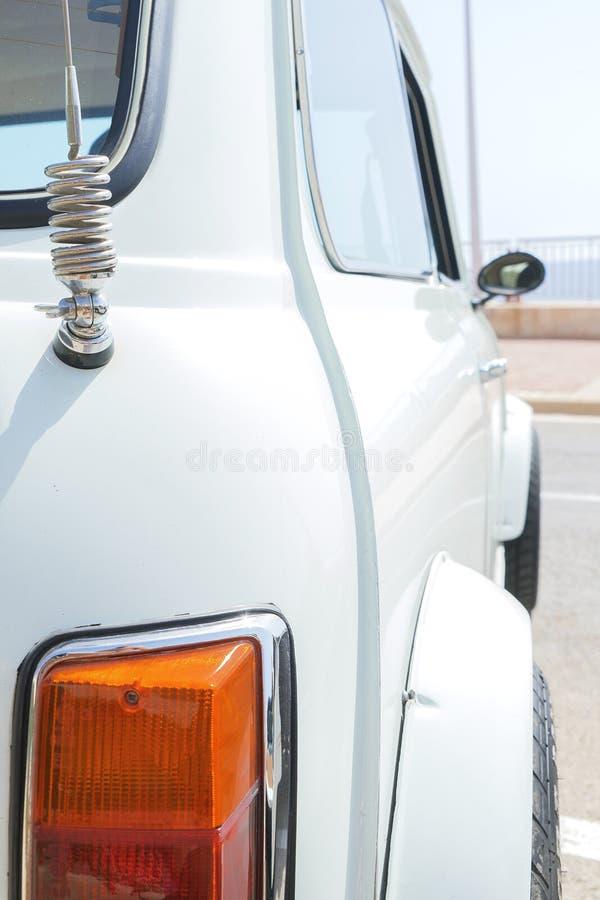 Взгляд крупного плана ретро винтажной фары автомобиля стоковая фотография