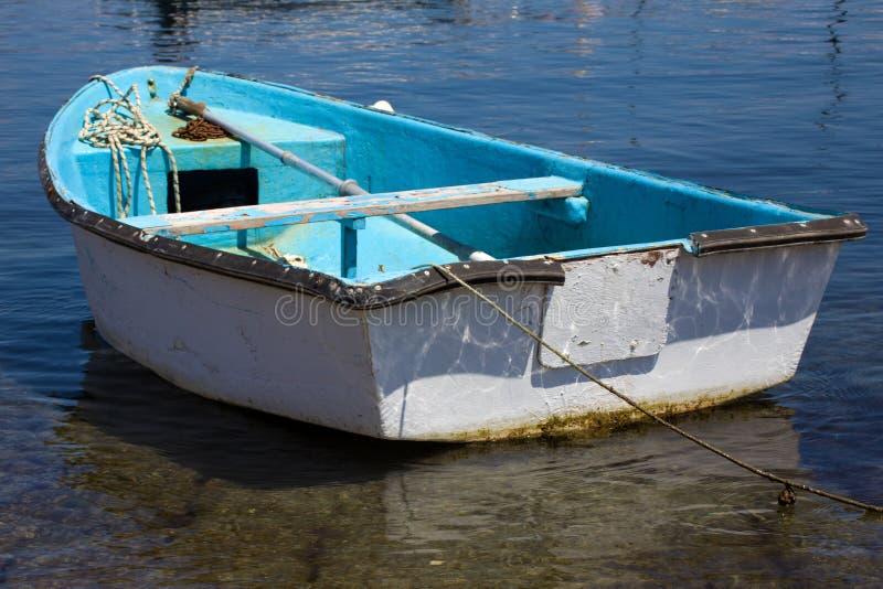 Взгляд крупного плана шлюпки затвора шлюпки на чистой воде Весло, ржавая цепь и веревочка отдыхая внутри голубого Watercraft сосу стоковые изображения
