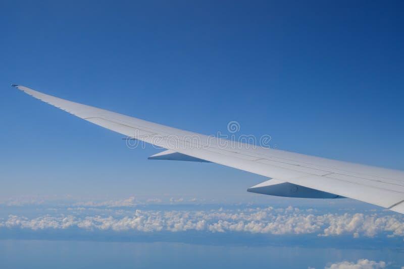 Взгляд крыла воздушных судн и облаков от иллюминатора стоковое фото rf