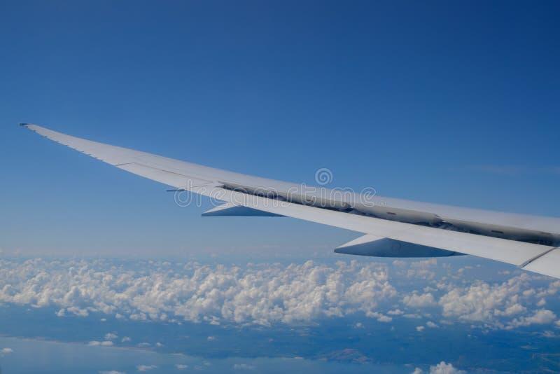 Взгляд крыла воздушных судн и облаков от иллюминатора стоковые изображения rf