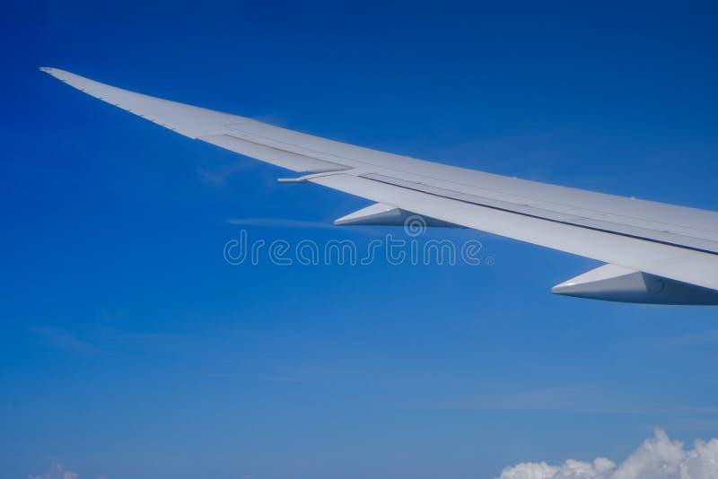 Взгляд крыла воздушных судн и облаков от иллюминатора стоковое изображение