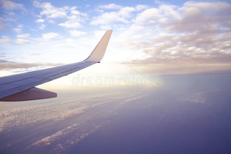 Взгляд крыла воздушных судн от самолета с красивыми небом и облаками захода солнца стоковая фотография rf