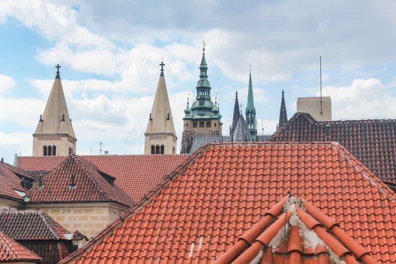 Взгляд крыть черепицей черепицей крыш домов и spiers церков в Праге, чехии стоковая фотография