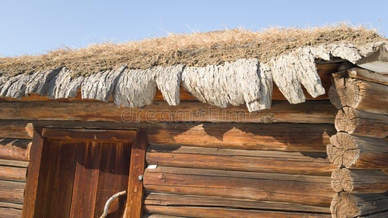 Взгляд крыши с травой на ей солома, парадный вход Старое здание сделанное из естественных материалов стоковые фотографии rf