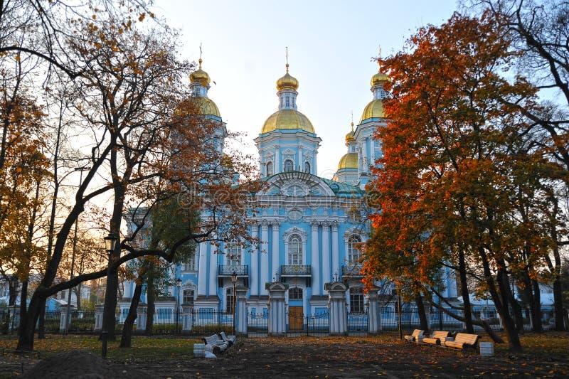 Взгляд купола собора St Nicholas в Санкт-Петербурге стоковое фото