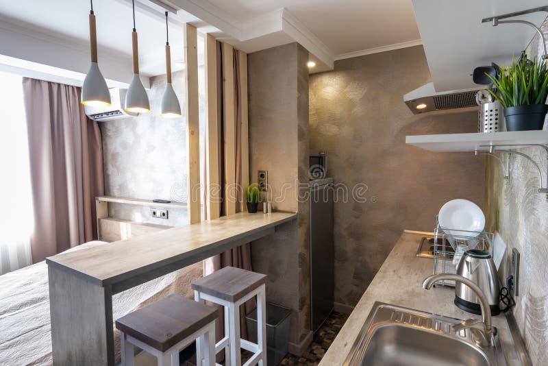 Взгляд кухни и бара в небольшом гостиничном номере - студии стоковая фотография rf