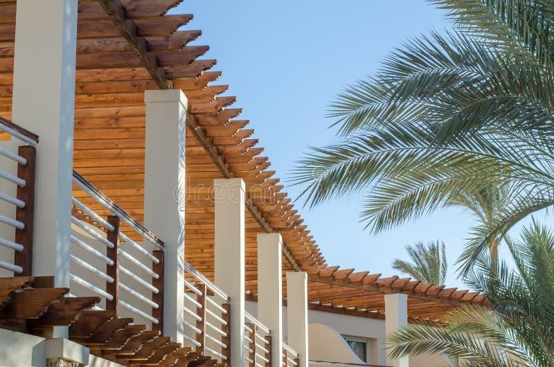 Взгляд к балкону гостиницы Египта против ветви голубого неба и ладони стоковое фото rf
