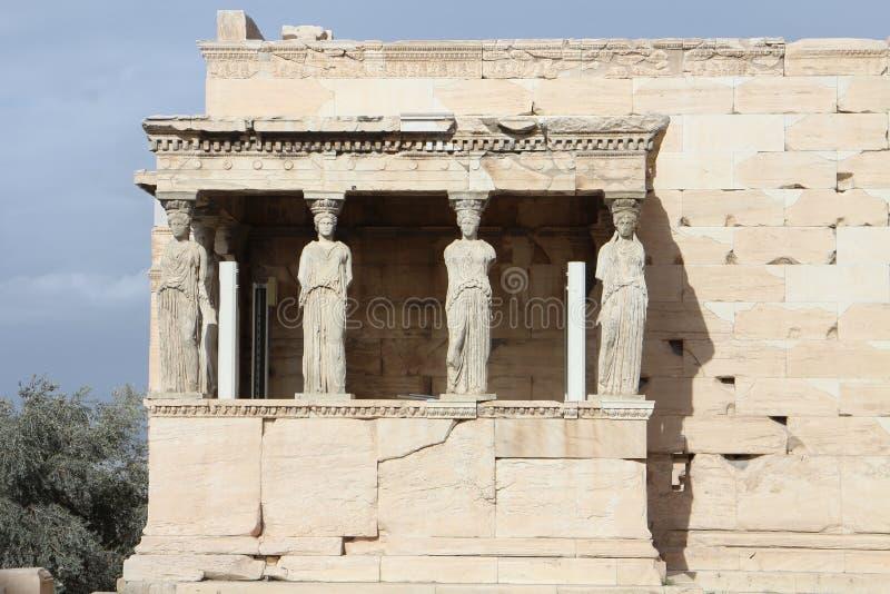 Взгляд к виску Erechtheum с крылечком кариатид, акрополем, Афинами стоковое фото rf