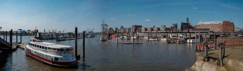 Взгляд к водному пространству порта Гамбурга стоковая фотография