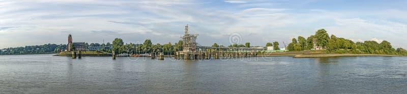 Взгляд к входу гавани Гамбурга и исторической радиолокационной станции стоковые фото