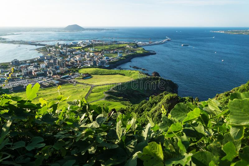 Взгляд к гавани от пика Ilchulbong к Seongsan, острову Jeju, Южной Корее стоковое фото