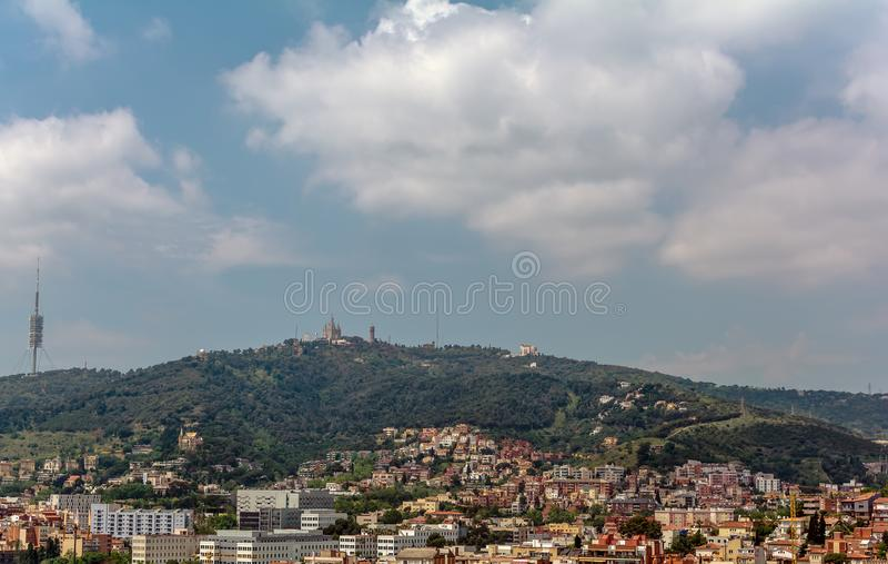Взгляд к горе Tibidabo с церковью и Amuseme Cor Sagrat стоковые фото