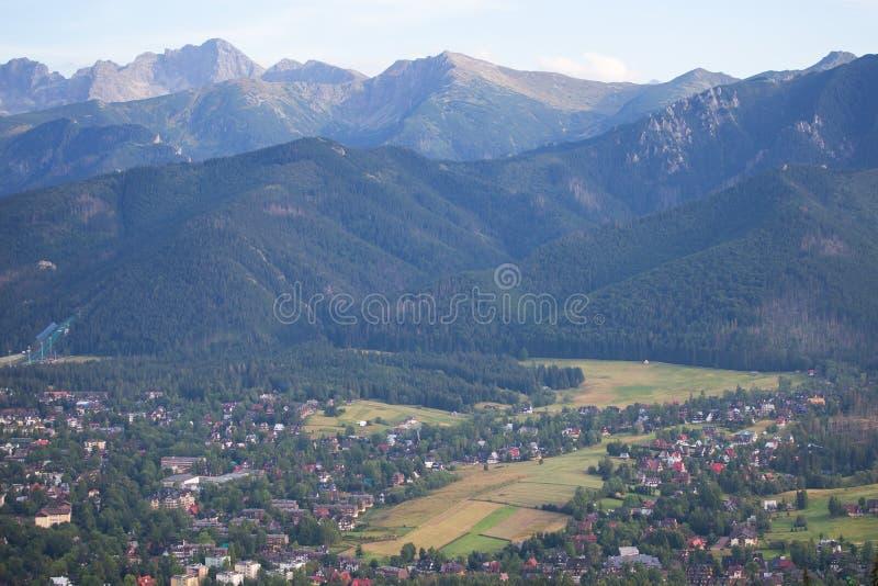 Взгляд к городку гор Zakopane и Tatra, Польши стоковое фото rf