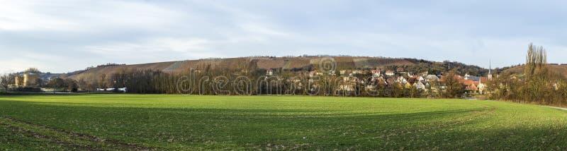 Взгляд к деревне Frickenhausen на основе реки стоковое фото
