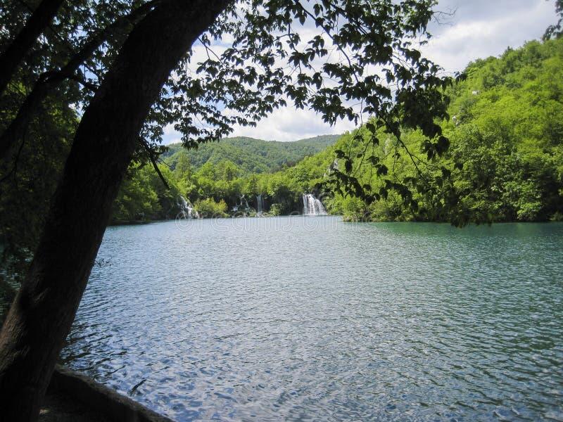 взгляд к заливу с водопадом стоковые фотографии rf