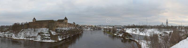 Взгляд к замку Ivangorod от берега реки Narova стоковые изображения rf