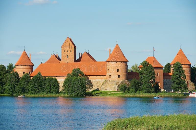 Взгляд к замку Trakai и озеру Galve в Trakai, Литве стоковые фото