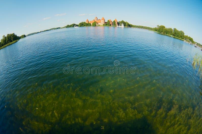 Взгляд к замку Trakai и озеру Galve с шлюпками в Trakai, Литве стоковая фотография