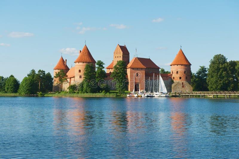 Взгляд к замку Trakai и озеру Galve с шлюпками в Trakai, Литве стоковое фото