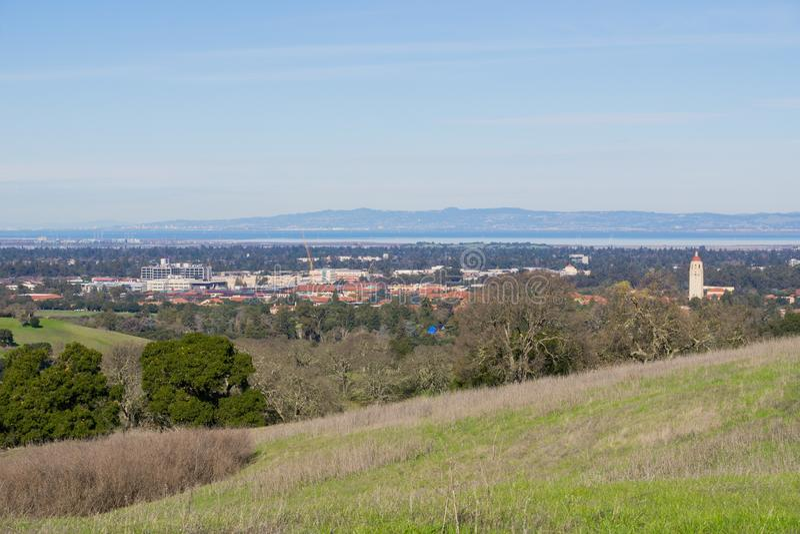 Взгляд к кампусу Стэнфорд и башне Hoover, Пало-Альто и Кремниевой долине от холмов блюда Стэнфорд, Калифорния стоковое фото rf