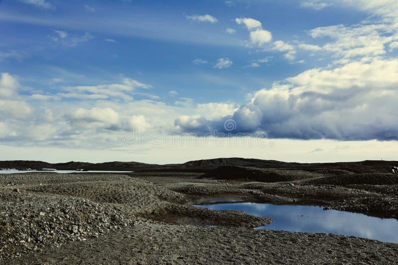 Взгляд к леднику Skaftafellsjokull с огромными облаками кумулюса, в s стоковое фото rf