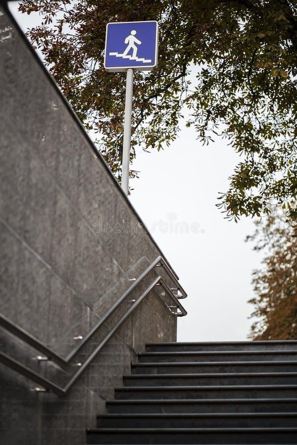 Взгляд к лестницам подземного прохода стоковые фотографии rf
