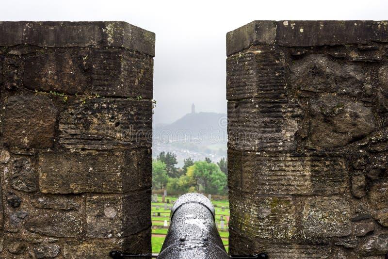 Взгляд к национальному памятнику Уоллас в далеком помохе от большой батареи в замке Стерлинга стоковое изображение rf