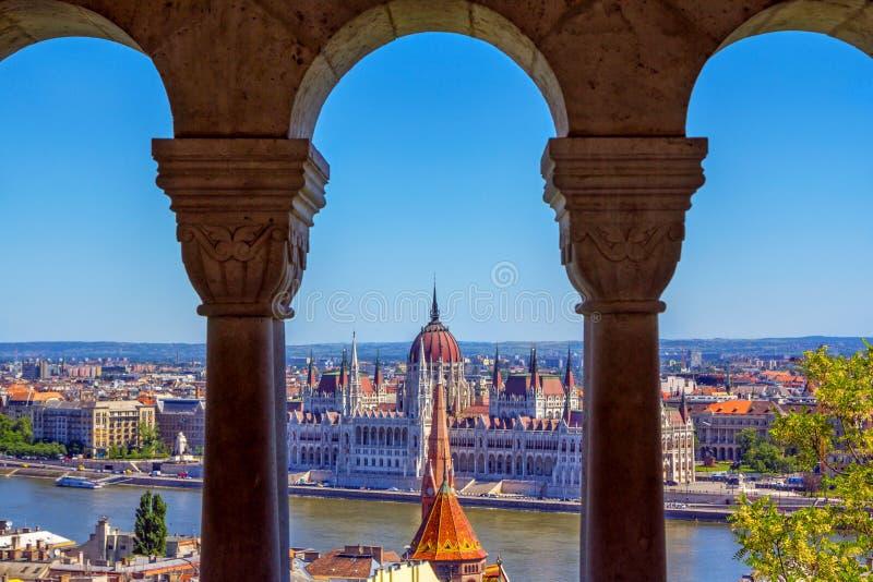 Взгляд к парламенту в Будапеште через окно аркады террасы бастиона рыболова стоковая фотография