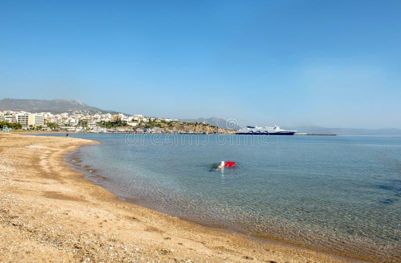 Взгляд к пляжу и порту Rafina r стоковые фотографии rf