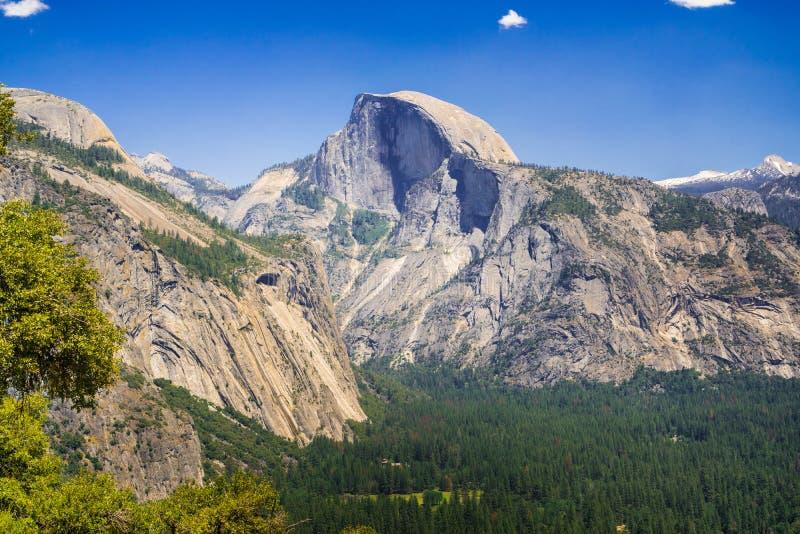 Взгляд к половинному куполу от следа к верхнему Yosemite Falls, национальному парку Yosemite, Калифорнии стоковые фотографии rf