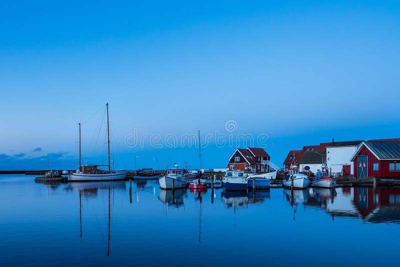 Взгляд к порту Klintholm Havn в Дании стоковые изображения