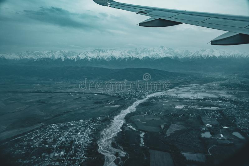 Взгляд к посадке Алма-Аты Казахстана от самолета стоковое изображение