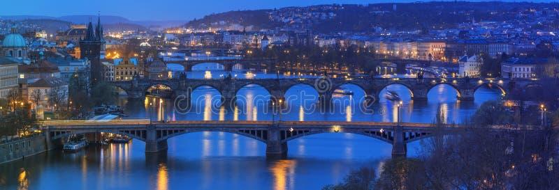 Взгляд к Праге городской стоковые изображения